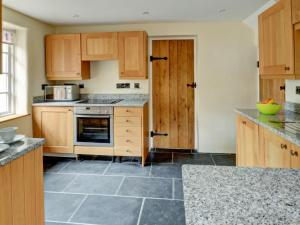 A kitchen or kitchenette at Holiday Home The Stables