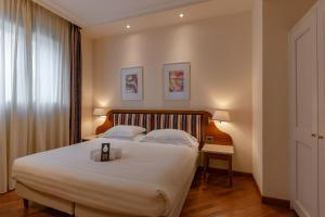A bed or beds in a room at Laurus Al Duomo