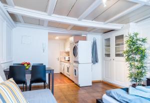 A kitchen or kitchenette at HITrental Niederdorf - Apartments