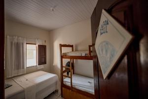 Uma ou mais camas em beliche em um quarto em Aquarela Hostel