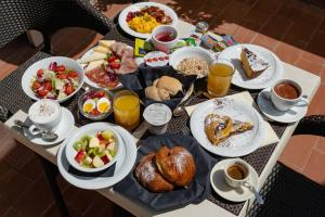 Breakfast options available to guests at Laurus Al Duomo