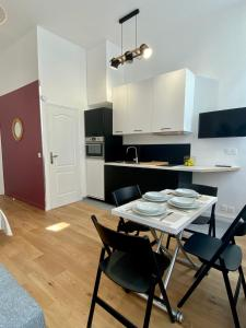 A kitchen or kitchenette at Apartment Aboukir 2