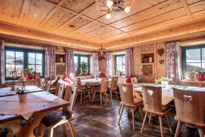 A restaurant or other place to eat at Hotel Apart Garni Heisenhof
