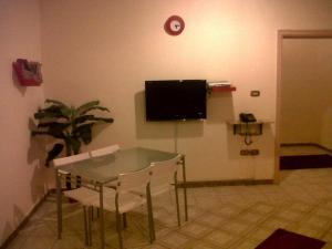 Uma TV ou centro de entretenimento em Manazel Qurish Furnished Apartments