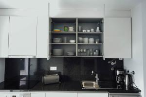 A kitchen or kitchenette at Deluxe Villa - Holiday House - By SCH