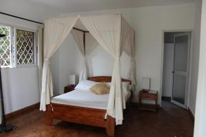 A bed or beds in a room at Riviera Garden