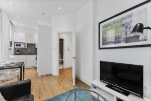 A television and/or entertainment center at Cosy 1 Bed Apartment next to Liverpool Street Station FREE WIFI By City Stay London