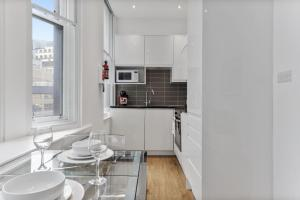 A kitchen or kitchenette at Cosy 1 Bed Apartment next to Liverpool Street Station FREE WIFI By City Stay London