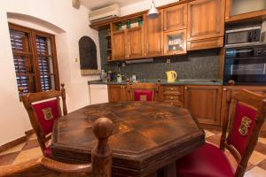 A kitchen or kitchenette at Palazzo Drusko Deluxe Rooms