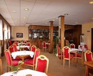 Ein Restaurant oder anderes Speiselokal in der Unterkunft Hotel Am Schiffshebewerk