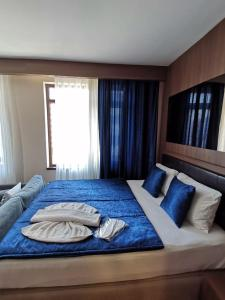 A bed or beds in a room at FALCON PALAS SUİTES
