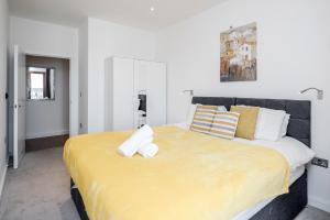 A bed or beds in a room at Luxury 2 Bedroom St Albans Apartment - Free WiFi & Parking