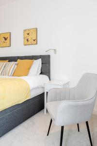 A seating area at Luxury 2 Bedroom St Albans Apartment - Free WiFi & Parking