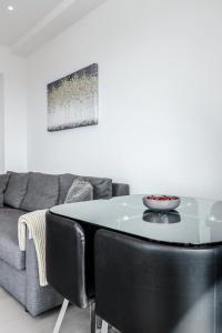 A seating area at Deluxe 2 Bedroom St Albans Apartment - Free WiFi & Parking
