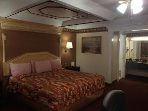 A bed or beds in a room at Budget Inn and Suites Corpus Christi