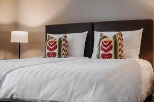 En eller flere senge i et værelse på Hotel zum Heidkrug & Café Lil