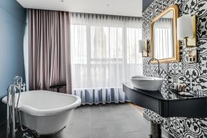 A bathroom at St Martins Lodge