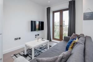 A television and/or entertainment center at Deluxe 1 Bedroom St Albans Apartment - Free Wifi & Parking
