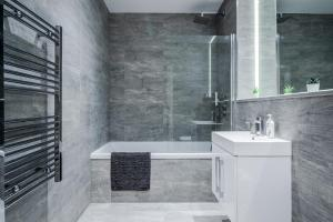 A bathroom at Deluxe 1 Bedroom St Albans Apartment - Free Wifi & Parking