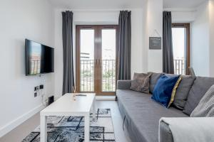 A seating area at Deluxe 1 Bedroom St Albans Apartment - Free Wifi & Parking