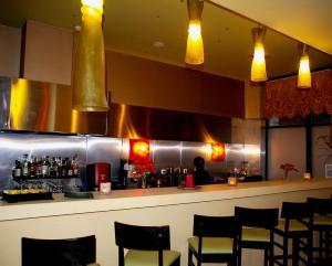 El salón o zona de bar de Delphi Art Hotel