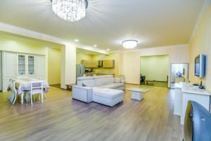 Uma área de estar em Delux Apartment in Nizami street