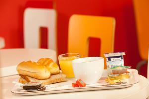 Breakfast options available to guests at Premiere Classe Bordeaux Ouest - Mérignac Aéroport