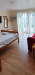 A bed or beds in a room at Quiet, cosy annexe room