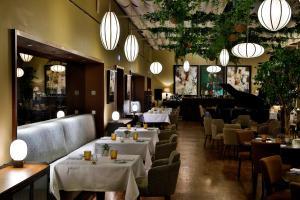 A restaurant or other place to eat at InterContinental Porto - Palacio das Cardosas, an IHG Hotel