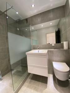 A bathroom at Modernes Apartment Duisburg Homberg