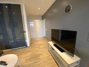 A television and/or entertainment centre at Modernes Apartment Duisburg Homberg