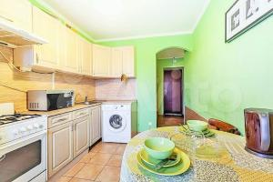 Кухня или мини-кухня в Двухкомнатная на Стойкости