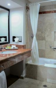 A bathroom at Hotel Casa Maya