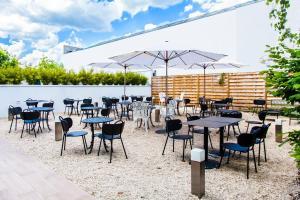 A restaurant or other place to eat at Novotel Blois Centre Val De Loire