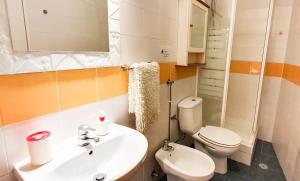 A bathroom at Ericeira Surf Camp