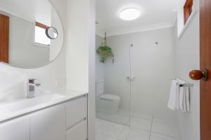 A bathroom at Tudor Motor Inn Warrnambool