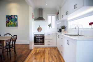 A kitchen or kitchenette at Thelma's Temora