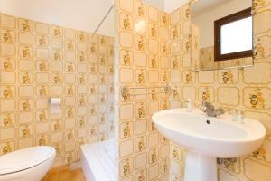 A bathroom at Village Vacances Le Parc Des Chênes (by Popinns)