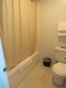 A bathroom at Scottish Inns Motel - Osage Beach