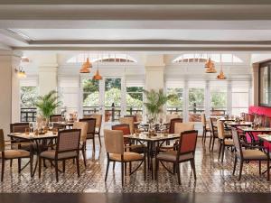 Ein Restaurant oder anderes Speiselokal in der Unterkunft Raffles Hotel Le Royal