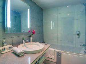 A bathroom at Mercure Nice Promenade Des Anglais