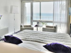 A bed or beds in a room at Mercure Nice Promenade Des Anglais