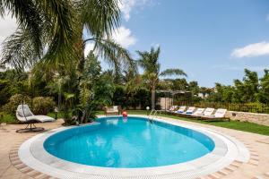 Der Swimmingpool an oder in der Nähe von Pandora Villas