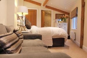 A bed or beds in a room at Croft House Guest Suite Painswick