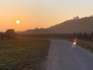 Východ nebo západ slunce při pohledu z penzionu nebo okolí