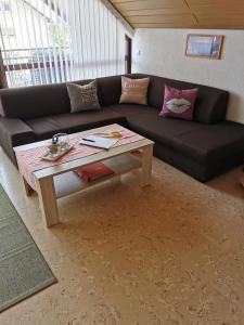 Ein Sitzbereich in der Unterkunft Ferienwohnung Steigerwaldblick