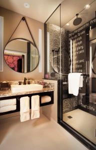 A bathroom at The Cromwell Hotel & Casino
