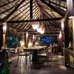 A restaurant or other place to eat at Kitejuba Bungalows