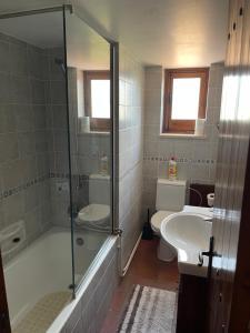 A bathroom at Omodos Village Houses