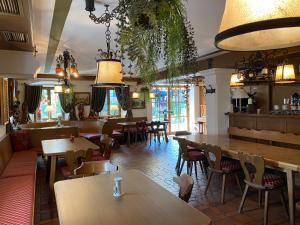 """A restaurant or other place to eat at Golden GaPa """"Gasthof zum Lamm"""""""